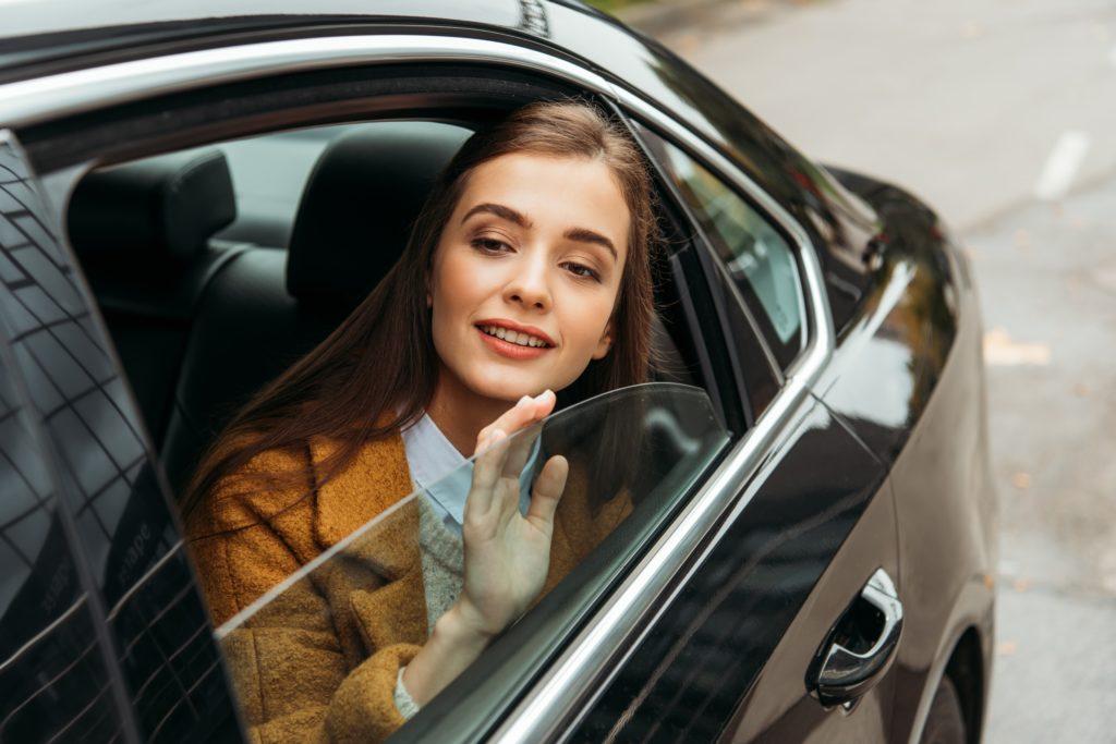 femme dans taxi